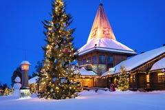 Santa Claus Village in Lapland Scandinavië bij nacht stock fotografie