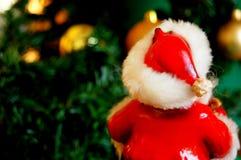 Santa Claus am Weihnachtsbaum Stockfotos
