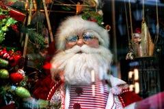 Santa Claus-, Weihnachtsbaum und Spielwaren an einer Weihnachtsandenken Mrz lizenzfreie stockfotos