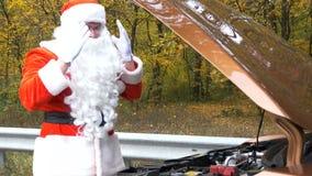 Santa Claus is welke ` s verkeerd benieuwd met auto 50 fps stock video