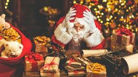 Santa Claus werd vermoeid onder spanning stock fotografie