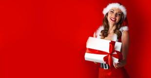 Santa Claus Woman con il regalo Fotografia Stock Libera da Diritti