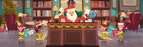 Santa Claus Working With Elfs In kontorsrum som får glad jul och gåvor för lyckligt nytt år och gåvor, vinter vektor illustrationer