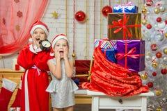 Santa Claus y ayudante chocados por venir del Año Nuevo Fotos de archivo libres de regalías