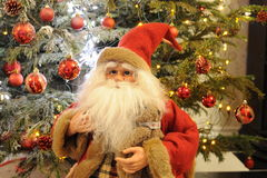 Santa Claus y bolas rojas del ornamento foto de archivo libre de regalías