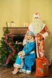 Santa Claus y la doncella joven Imágenes de archivo libres de regalías