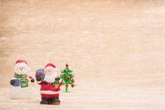 Santa Claus y muñeco de nieve con el árbol de abeto Fotos de archivo libres de regalías