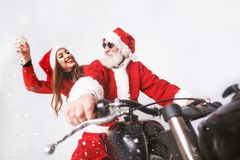 Santa Claus And Young Mrs Claus Riding A de Motorfiets royalty-vrije stock afbeelding