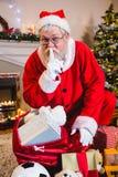 Santa Claus z palcem na wargach w żywym pokoju podczas boże narodzenie czasu Zdjęcie Royalty Free