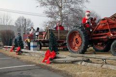 Santa Claus zieht einen Traktor mit Carolers Lizenzfreie Stockbilder