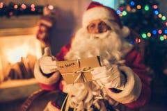 Santa Claus in zijn woonplaats royalty-vrije stock foto's