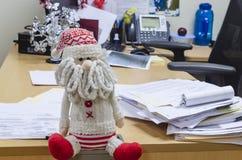 Santa Claus-zitting in het bureau stock foto