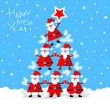 Santa Clauses drôle formant l'arbre de sapin Photo libre de droits