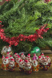 Santa Clauses sous l'arbre de Noël Photo libre de droits