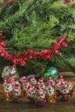 Santa Clauses unter dem Weihnachtsbaum Lizenzfreies Stockfoto