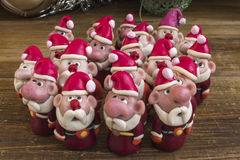 Santa Clauses unter dem Weihnachtsbaum Stockfoto