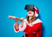 Santa Clous-meisje in rode kleren met 3D glazen Royalty-vrije Stock Foto