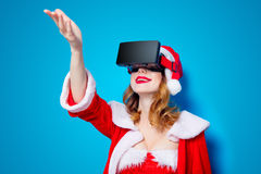 Santa Clous-meisje in rode kleren met 3D glazen Stock Foto