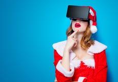 Santa Clous-meisje in rode kleren met 3D glazen Royalty-vrije Stock Afbeelding