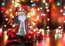 Santa com as bolas vermelhas do Natal Imagem de Stock