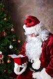 Santa com caixa de veludo imagens de stock royalty free