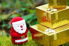 Santa com os presentes do Natal no musgo Fotografia de Stock Royalty Free
