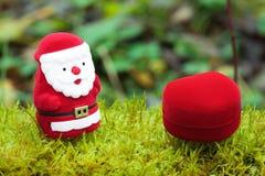 Santa com os presentes do Natal no musgo Foto de Stock