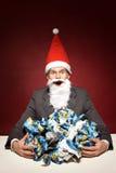 Santa com papel amarrotado imagem de stock