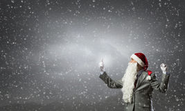 Santa con el teléfono móvil Imagen de archivo libre de regalías