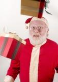 Santa con i pacchetti nell'aria Immagine Stock
