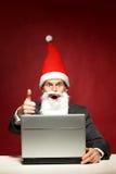 Santa con il computer portatile Fotografie Stock