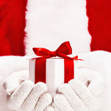 Santa con il regalo Fotografia Stock