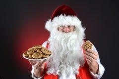 Santa con la placa de galletas Fotografía de archivo libre de regalías