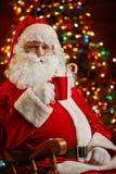 Santa con la tazza rossa Fotografia Stock Libera da Diritti