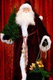Santa con un albero di Natale ed i regali di natale Fotografia Stock Libera da Diritti
