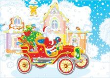 Santa conduisant une voiture avec des cadeaux photos libres de droits