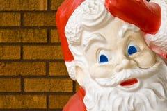 Santa contro la parete Fotografia Stock Libera da Diritti