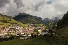 Santa Cristina Valgardena by i Dolomites Arkivbild