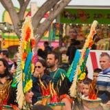 SANTA CRUZ, ИСПАНИЯ - 12-ое февраля: одетая-вверх аудитория и парад Стоковая Фотография RF