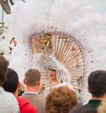 SANTA CRUZ, ИСПАНИЯ - 12-ое февраля: Участники парада в цветастом Стоковые Изображения