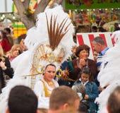 SANTA CRUZ, ИСПАНИЯ - 12-ое февраля: Участники парада в цветастом Стоковая Фотография
