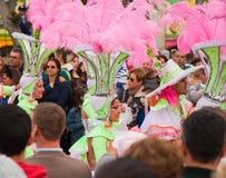 SANTA CRUZ, ИСПАНИЯ - 12-ое февраля: Участники парада в цветастом Стоковые Фото