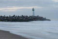 Santa Cruz Breakwater Lighthouse Walton Lighthouse, Costa do Pacífico, Califórnia, Estados Unidos, Califórnia no farol do nascer  foto de stock