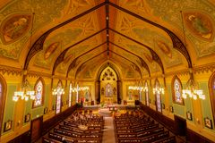 Santa Cruz, Califórnia - 24 de março de 2018: Interiores da igreja Católica transversal santamente Foto de Stock Royalty Free