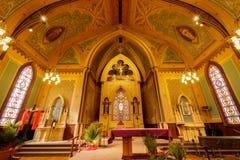 Santa Cruz, California - 24 marzo 2018: Altare della chiesa cattolica trasversale santa Immagini Stock