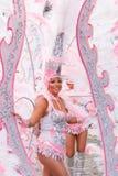 Santa Cruz Carnival Group des Spaniens stellt eine Tanzshow nach innen von dar Stockfoto