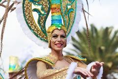 SANTA CRUZ De TÉNÉRIFE, ÎLES CANARIES - vers EN FÉVRIER 2018 : Groupes de carnaval et caractères costumés, défilé par les rues photos stock