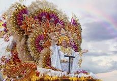 SANTA CRUZ De TÉNÉRIFE, ÎLES CANARIES - vers EN FÉVRIER 2018 : Groupes de carnaval et caractères costumés, défilé par les rues photo libre de droits