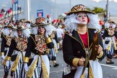 Santa Cruz de Tenerife, España, islas Canarias: 13 de febrero de 2018: Bailarines del carnaval en el desfile en Carnaval Imagenes de archivo