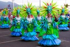 Santa Cruz de Tenerife, España, islas Canarias: 13 de febrero de 2018: Bailarines del carnaval en el desfile en Carnaval Foto de archivo libre de regalías